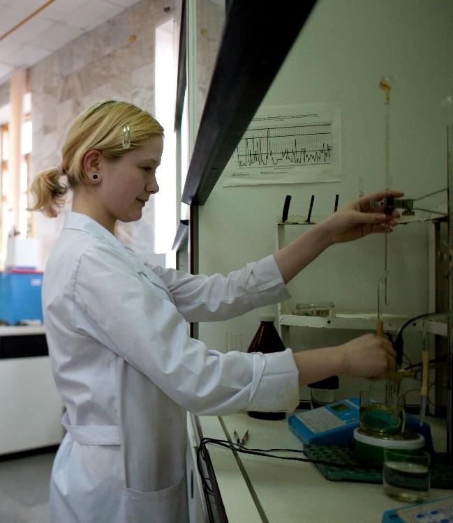 Лаборант лаборатории искусственного старения стекло изделий